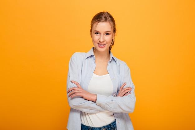 Retrato de uma jovem sorridente com aparelho