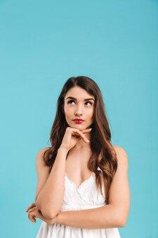 Retrato de uma jovem sorridente com vestido de verão