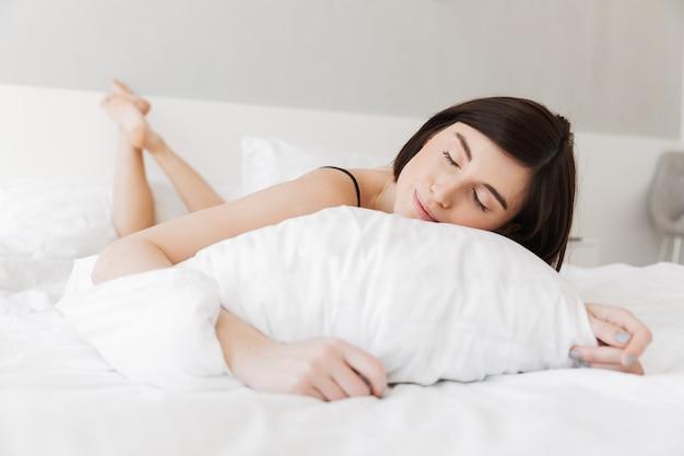 Retrato de uma jovem sorridente dormindo