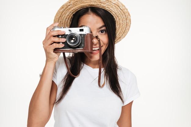 Retrato de uma jovem sorridente em pé de chapéu
