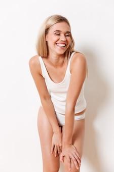 Retrato de uma jovem sorridente em roupa interior