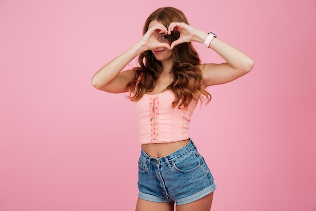 Retrato de uma jovem sorridente em roupas de verão