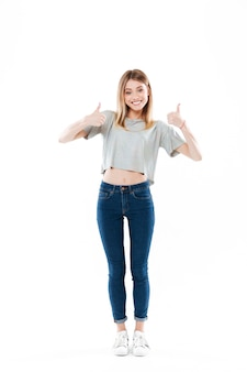 Retrato de uma jovem sorridente feliz em pé