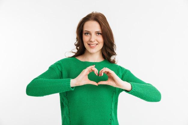 Retrato de uma jovem sorridente, mostrando um gesto de coração