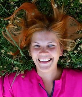 Retrato de uma jovem sorridente na grama