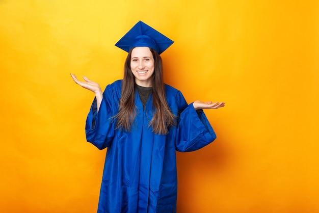 Retrato de uma jovem sorridente se formando sem saber o que fazer após a formatura Foto Premium