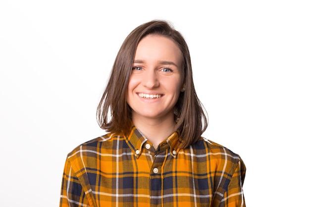 Retrato de uma jovem sorridente, vestindo camiseta sobre fundo branco.
