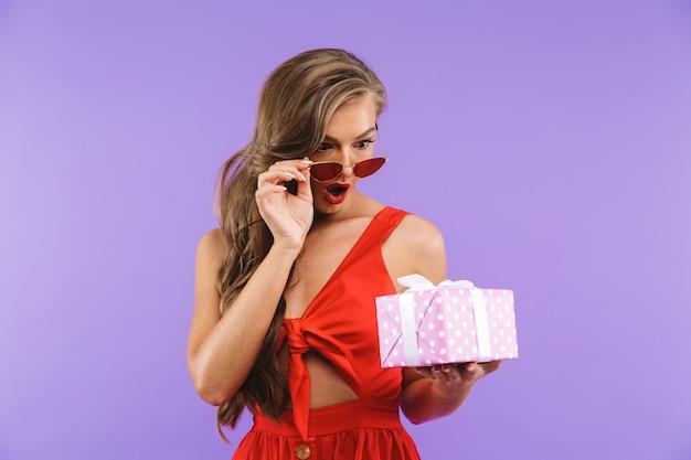Retrato de uma jovem surpreendida no vestido vermelho