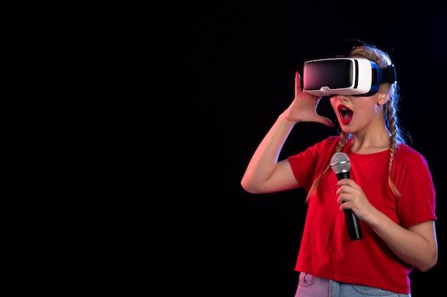 Retrato de uma jovem tocando vr e cantando no visual do jogo de música dark