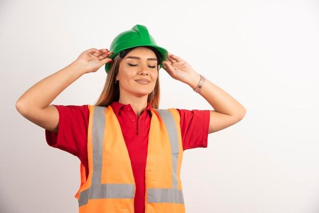 Retrato de uma jovem trabalhadora olhando para longe.