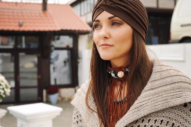 Retrato de uma jovem vestida com chapéu da moda e acessórios do estilo boho