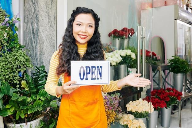 Retrato de uma jovem vietnamita feliz dona de uma floricultura abrindo sua loja após o fim da pandemia