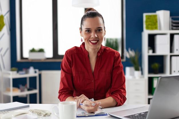 Retrato de uma liderança empresarial alegre feliz e animada sorrindo