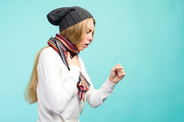 Retrato de uma linda adolescente com tosse e dor de garganta e enjoo