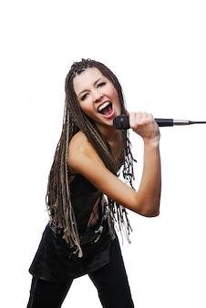 Retrato de uma linda cantora cantando com o microfone nas mãos
