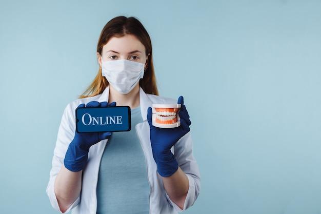Retrato de uma linda dentista posando em clínica dentária segurando um smartphone