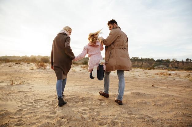Retrato de uma linda família com uma filha pequena