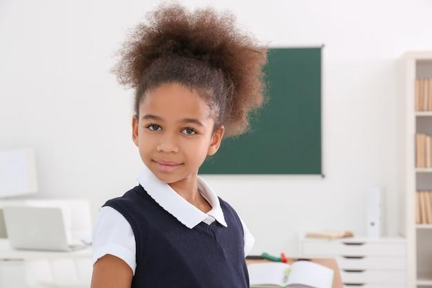 Retrato de uma linda garota afro-americana em sala de aula