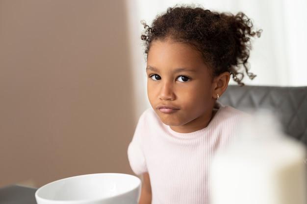 Retrato de uma linda garota afro-americana
