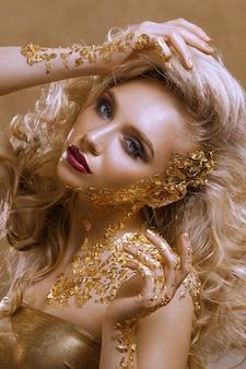 Retrato de uma linda garota com maquiagem e penteado brilhantes