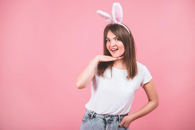 Retrato de uma linda garota com orelhas de coelho em pé