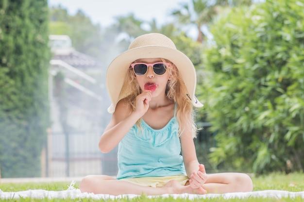 Retrato de uma linda garota com sorvete. diversão no verão.
