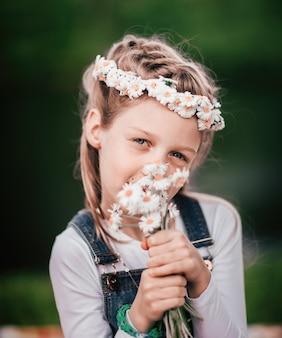 Retrato de uma linda garota com um buquê de margaridas