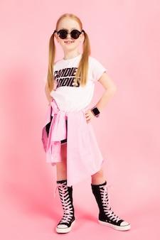 Retrato de uma linda garota de short, camiseta e tênis altos.
