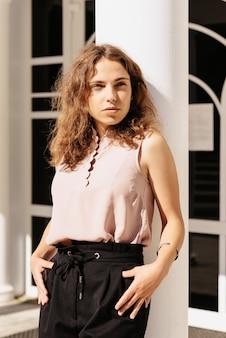 Retrato de uma linda garota em um ambiente urbano