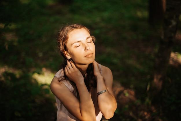 Retrato de uma linda garota em um belo parque ao pôr do sol