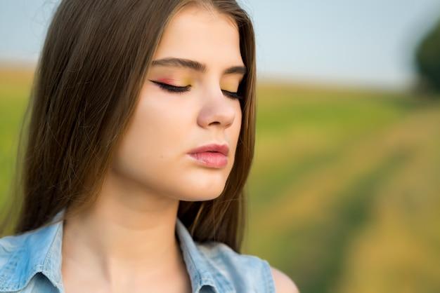 Retrato de uma linda garota em um campo