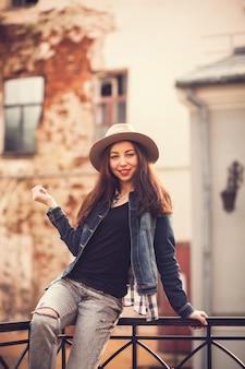 Retrato de uma linda garota em um estilo urbano