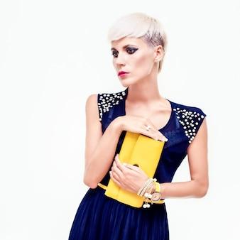 Retrato de uma linda garota em um vestido de noite com uma bolsa
