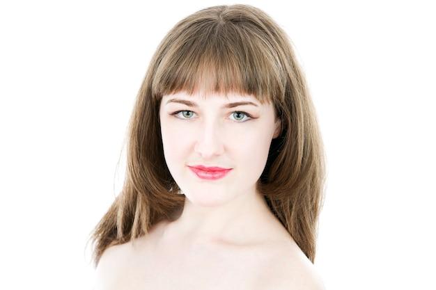 Retrato de uma linda garota isolada no branco