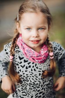 Retrato de uma linda garota na vila