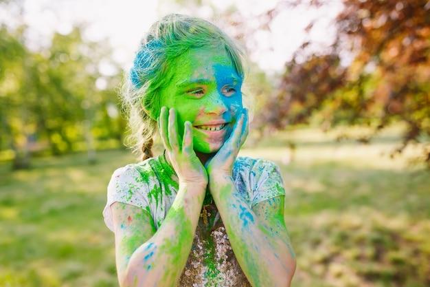 Retrato de uma linda garota pintado nas cores do festival de holi.