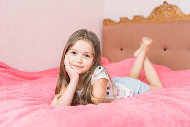 Retrato de uma linda garota relaxante na cama
