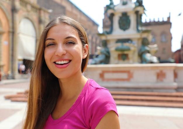 Retrato de uma linda garota sorridente na cidade de bolonha, itália.