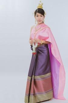 Retrato de uma linda garota tailandesa em traje tradicional em branco