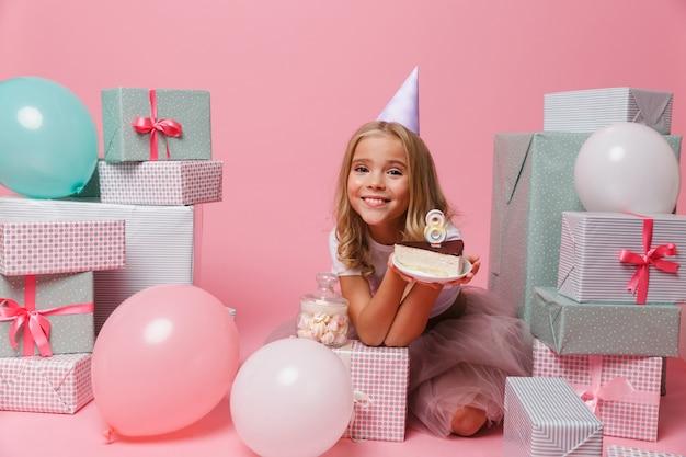 Retrato de uma linda garotinha com um chapéu de aniversário
