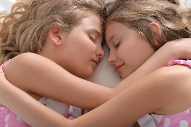 Retrato de uma linda garotinha dormindo na cama