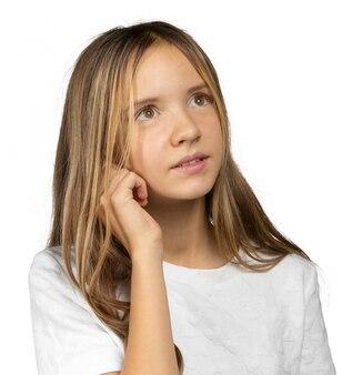 Retrato de uma linda garotinha emocional. isolado no fundo branco