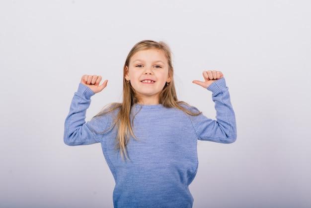 Retrato de uma linda garotinha feliz sorrindo em a. fundo branco isolado Foto Premium