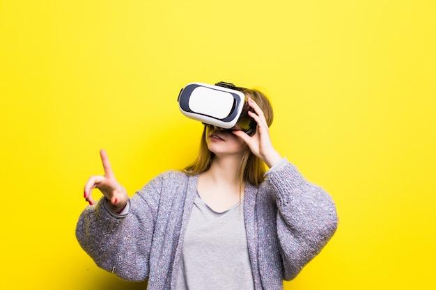 Retrato de uma linda jovem adolescente com um gadget de realidade virtual