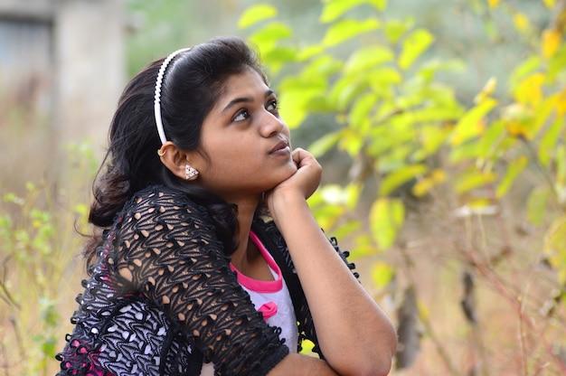 Retrato de uma linda jovem ao ar livre no parque.