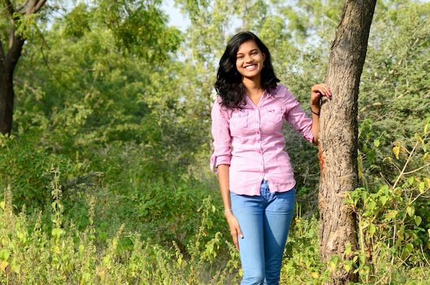 Retrato de uma linda jovem em posar no parque.