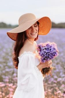 Retrato de uma linda jovem em um campo florido de provença