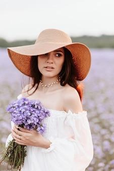 Retrato de uma linda jovem em um campo florido de provença.