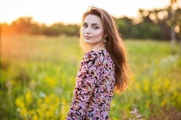 Retrato de uma linda jovem em um vestido colorido