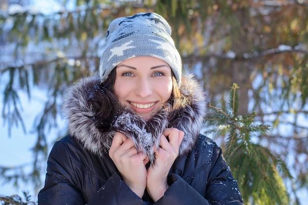 Retrato de uma linda jovem em winter park